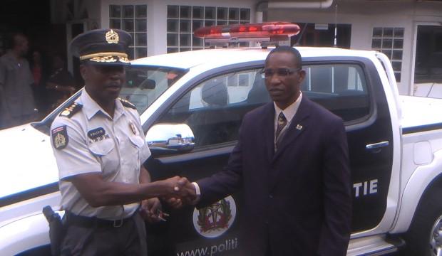 De korpschef krijgt de autosleutels overhandigd van de minister